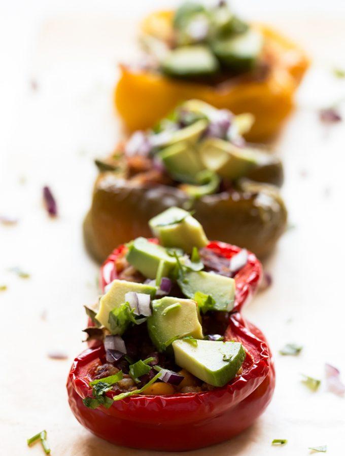 Pimientos Rellenos Veganos - Sólo necesitas 9 ingredientes para preparar estos pimientos rellenos veganos y sin gluten. Se pueden tomar como plato principal, entrante o guarnición.