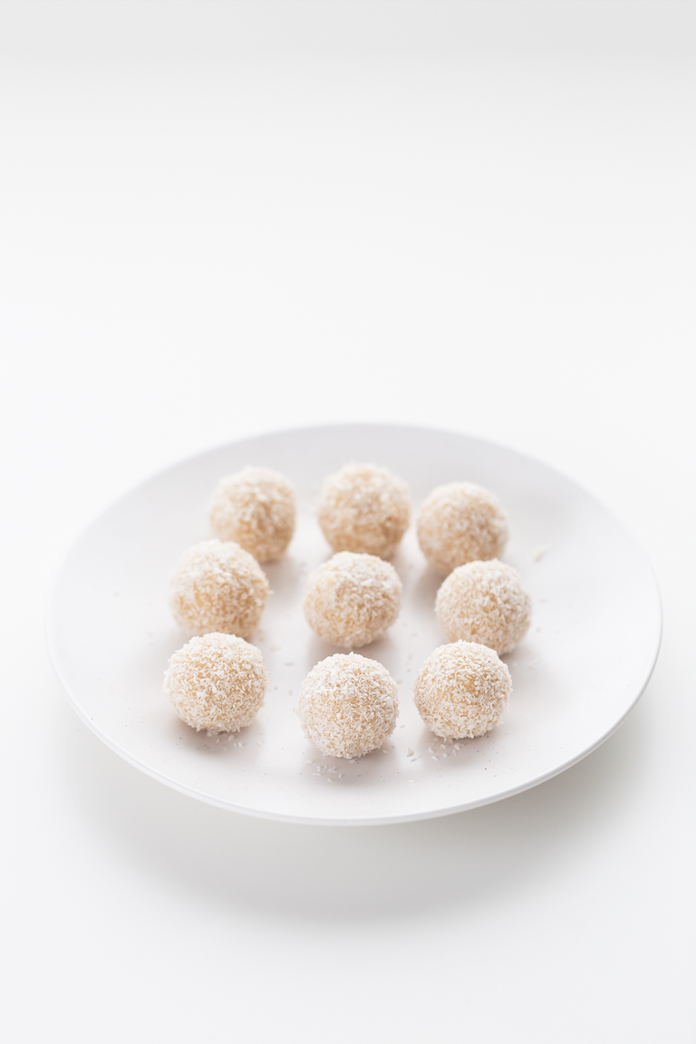 Bolitas de Coco (3 Ingredientes) - Sólo necesitas 3 ingredientes y 15 minutos para hacer estas bolitas de coco. Son el postre o snack perfecto, están riquísimas y son ideales para regalar.