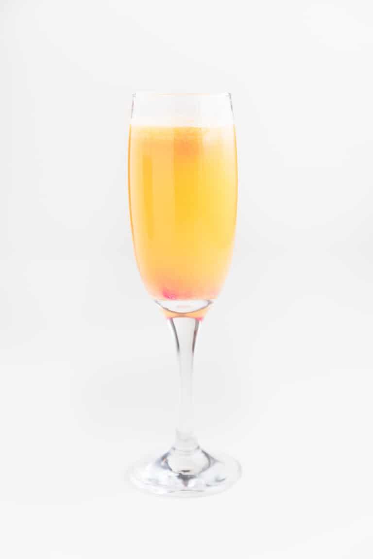 Cóctel Mimosa Sin Alcohol - Para hacer este cóctel mimosa sin alcohol sólo necesitas 2 ingredientes: kombucha y zumo de naranja. Es una alternativa vegana, saludable, natural y deliciosa a otros cócteles con alcohol y está delicioso, además, se prepara en menos de 5 minutos. #vegano #singluten #danzadefogones