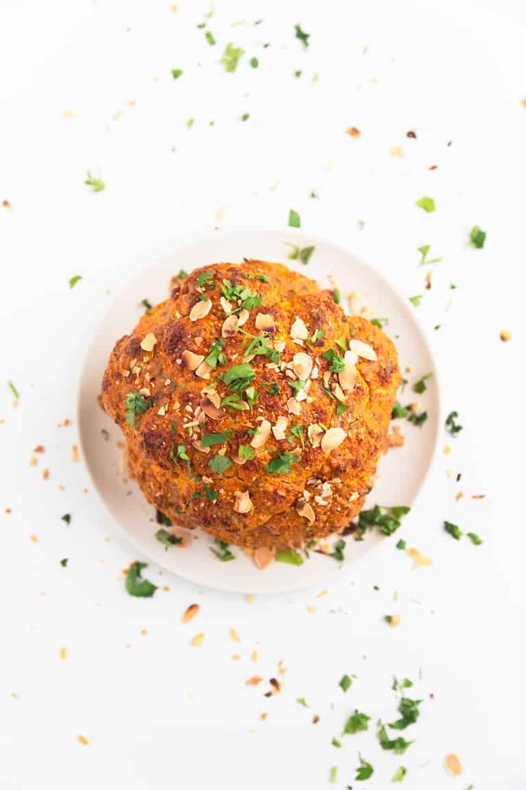 Coliflor Asada - La coliflor asada es una alternativa vegana muy sabrosa a la carne y el pescado asados, ideal para las navidades, ocasiones especiales o para el día a día. #vegano #singluten #danzadefogones