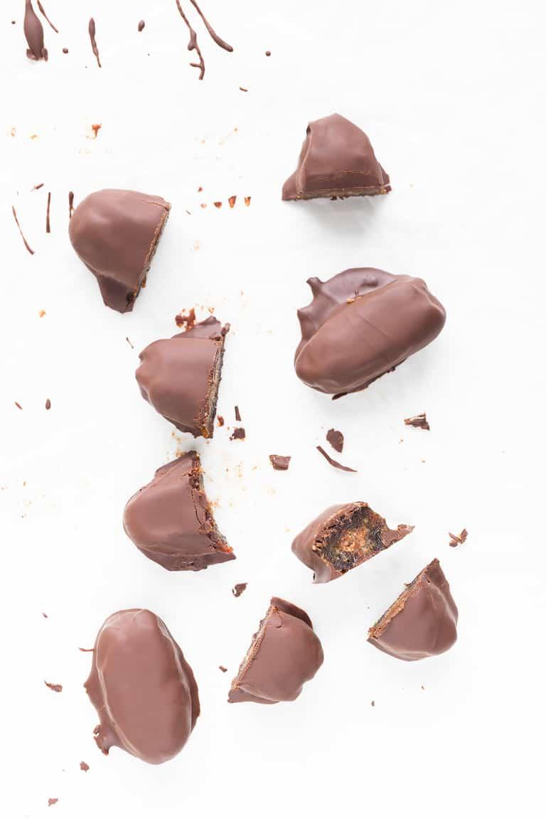 Dátiles Rellenos y Cubiertos de Chocolate - Los dátiles rellenos y cubiertos de chocolate son un postre o snack perfecto para golosos. Son fáciles de preparar, saludables y sólo se necesitan 3 ó 4 ingredientes. #vegano #singluten #danzadefogones