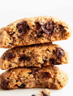 Foto de perfil de unas galletas veganas con chips de chocolate partidas por la mitad