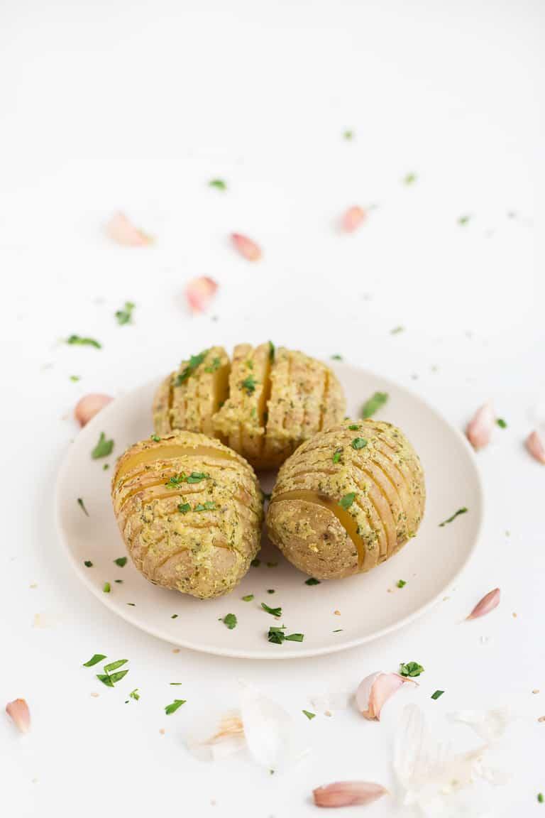Patatas Hasselback Veganas Sin Aceite - Estas patatas Hasselback veganas sin aceite son una guarnición muy fácil de preparar, saludable y baja en grasa. Están deliciosas y siempre triunfan. #vegano #singluten #danzadefogones