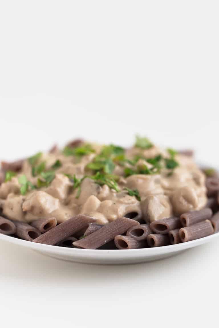 Strogonoff Vegano - Este Stroganoff vegano es un delicioso plato principal para cualquier ocasión. Nos gusta servirlo con pasta o arroz y un poco de perejil picado por encima.
