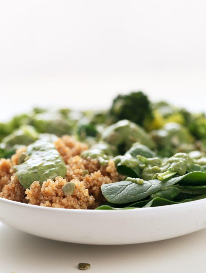 Goddess Bowl - Goddess bowl, un delicioso y saludable plato, listo en 30 minutos con tan sólo 7 ingredientes (quinoa, edamame, semillas, verduras y salsa chimichurri). #vegano #singluten #danzadefogones