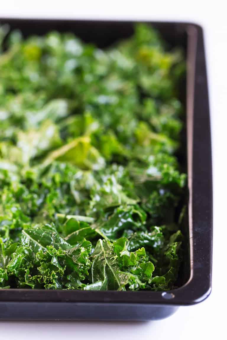 Chips de Kale - Las chips de kale son un snack o aperitivo muy sabroso y sano, perfecto para comer fuera de casa o cuando estamos de viaje. Sólo necesitas 6 ingredientes y son muy fáciles de preparar. #vegano #singluten #danzadefogones