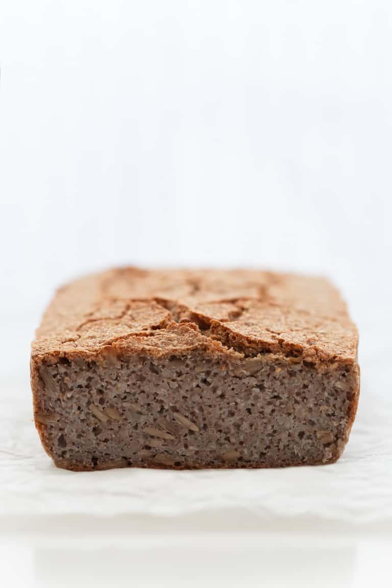 Pan sin Gluten - Para hacer este pan sin gluten sólo necesitas 4 ingredientes y es una receta increíblemente simple que cualquiera puede hacer. Es vegano, saciante y muy sabroso. #vegano #singluten #danzadefogones