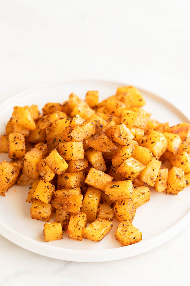 Foto vertical de un plato lleno de patatas al horno