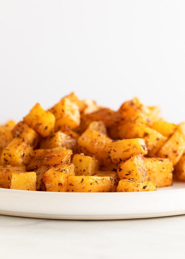 Foto vertical de un plato con patatas al horno