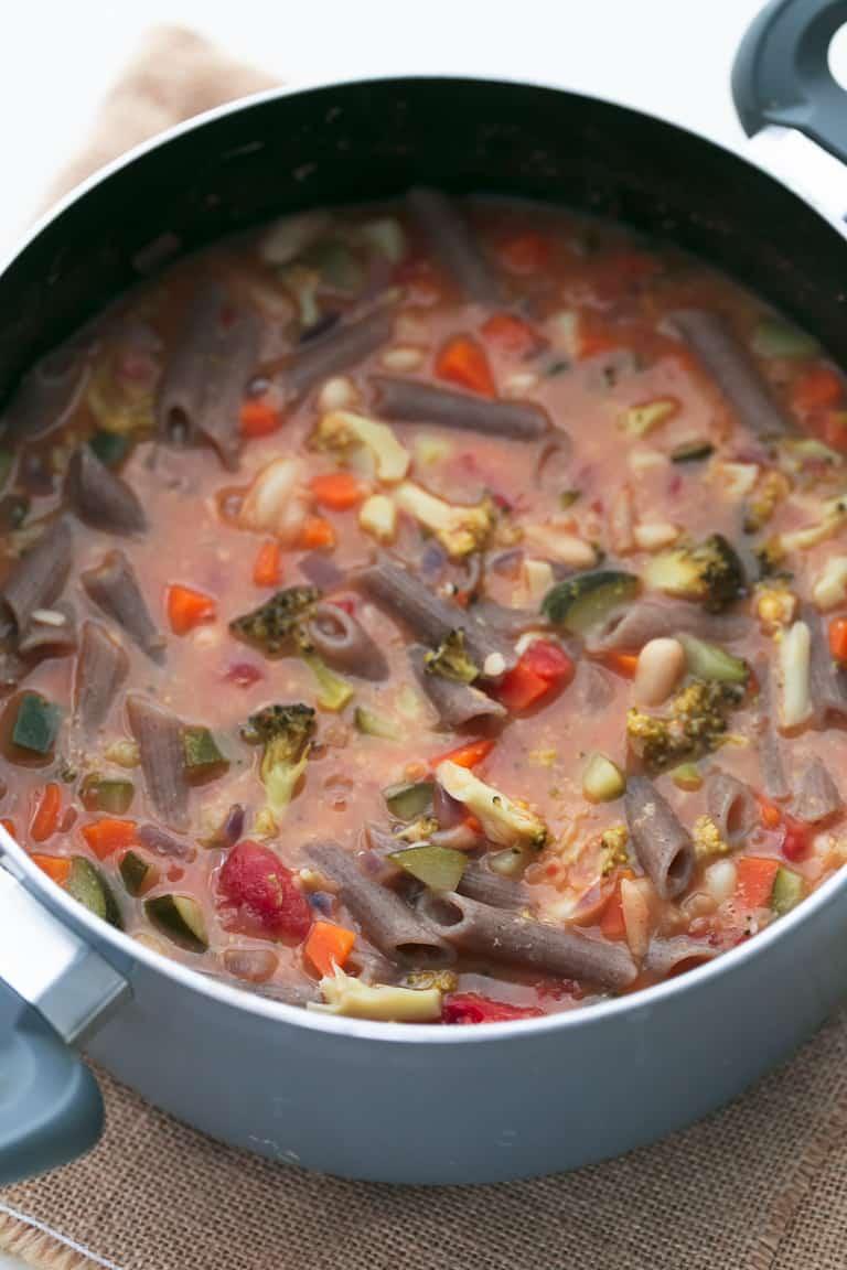 Sopa Minestrone Vegana - Esta sopa minestrone vegana se prepara en 25 minutos y es una receta muy sencilla, saciante, sin gluten, sin aceite y hecha con ingredientes naturales. #vegano #singluten #danzadefogones
