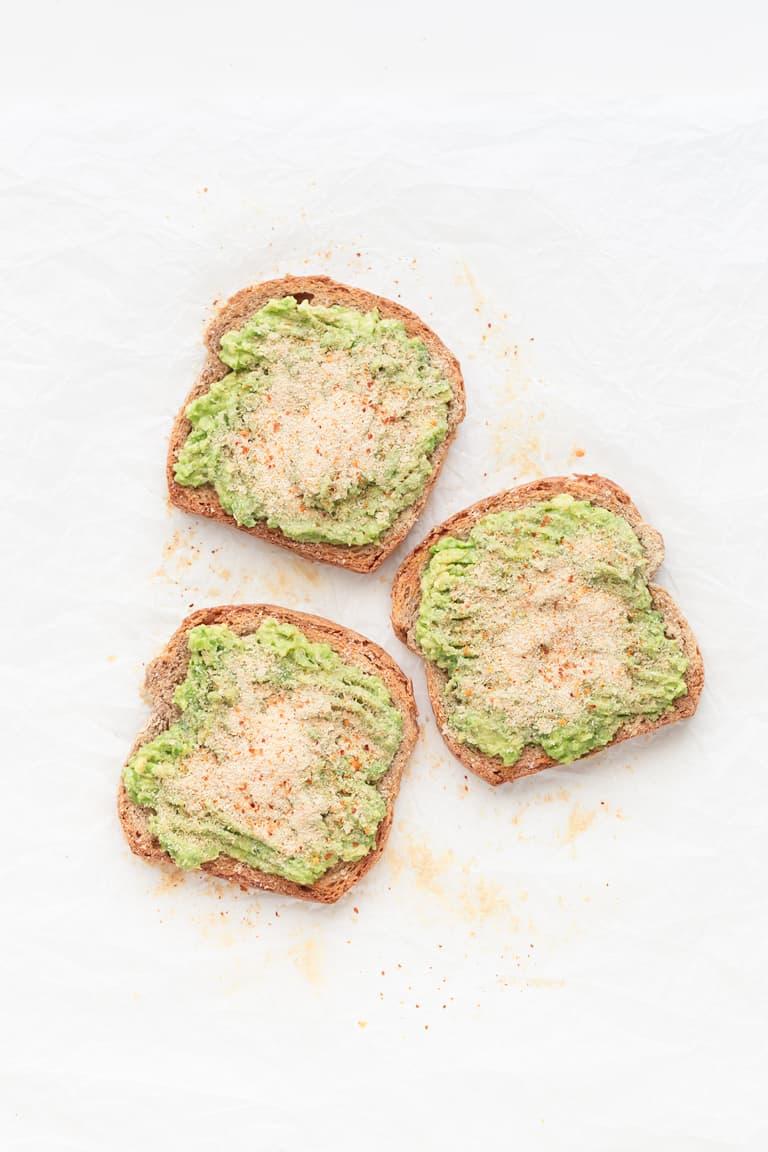 Tostadas de Aguacate - Estas tostadas de aguacate son mi desayuno o snack salado preferido. Están listas en 5 minutos y se preparan con 7 ingredientes. Puedes hacerlas con pan normal o sin gluten. #vegano #danzadefogones