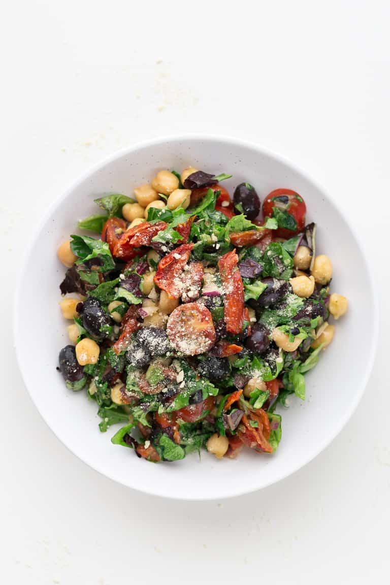 Ensalada Italiana Vegana - Esta ensalada italiana vegana es muy simple, nutritiva y saciante, además, está deliciosa y se prepara en 15 minutos. Es perfecta como guarnición o plato único. #vegano #singluten #danzadefogones
