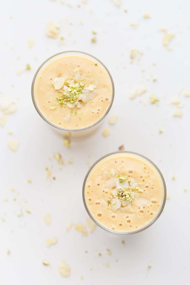 Lassi Vegano de Mango - Lassi vegano de mango, una versión vegetal de esta popular receta india hecha a base de yogur. Es muy sencilla, cremosa y refrescante y sólo tiene 4 ingredientes. #vegano #singluten #danzadefogones