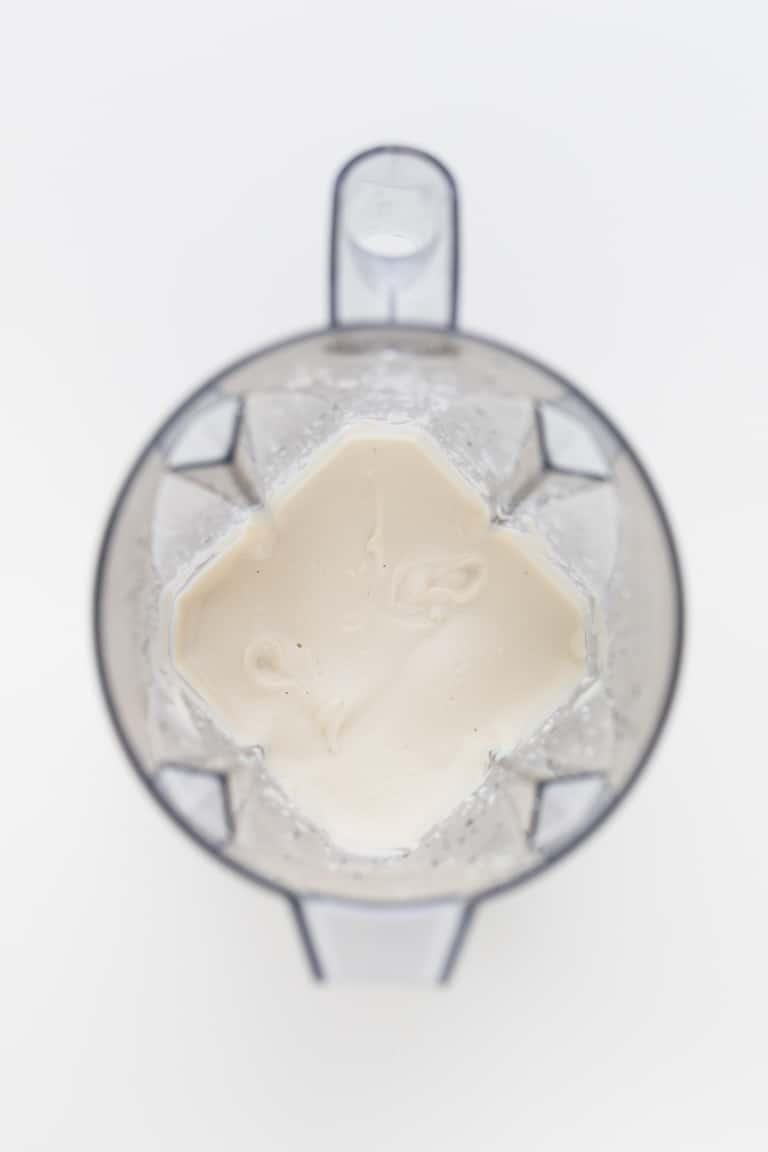 Mayonesa Vegana Sin Aceite - Una versión sin aceite de nuestra popular mayonesa vegana o veganesa. Sólo necesitas 4 ingredientes y una batidora de vaso. Es baja en grasa, pero tiene un sabor espectacular. #vegano #singluten #danzadefogones