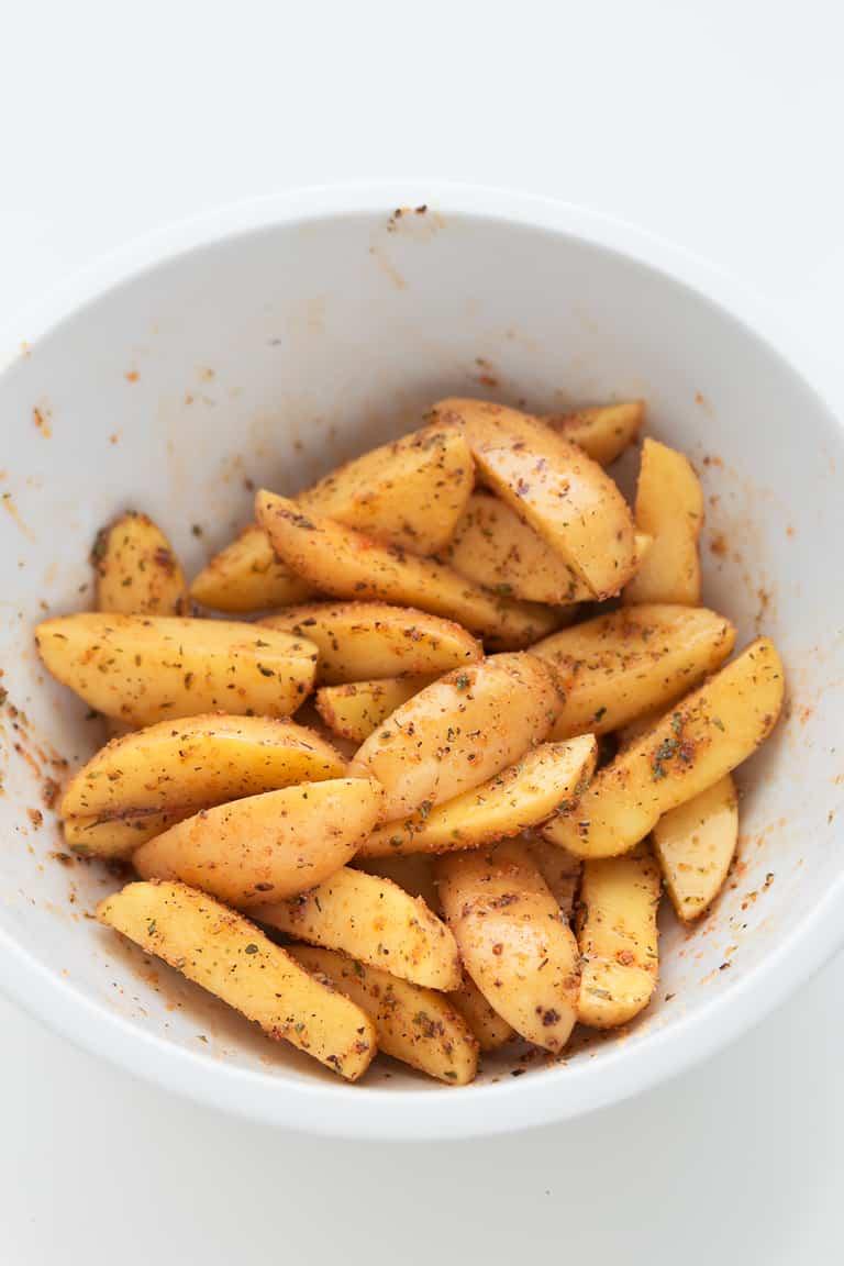 Patatas Gajo al Horno - Patatas gajo al horno, una guarnición sencilla y saludable. Sólo necesitas 7 ingredientes y 30 minutos y están crujientes por fuera y blanditas por dentro. #vegano #singluten #danzadefogones