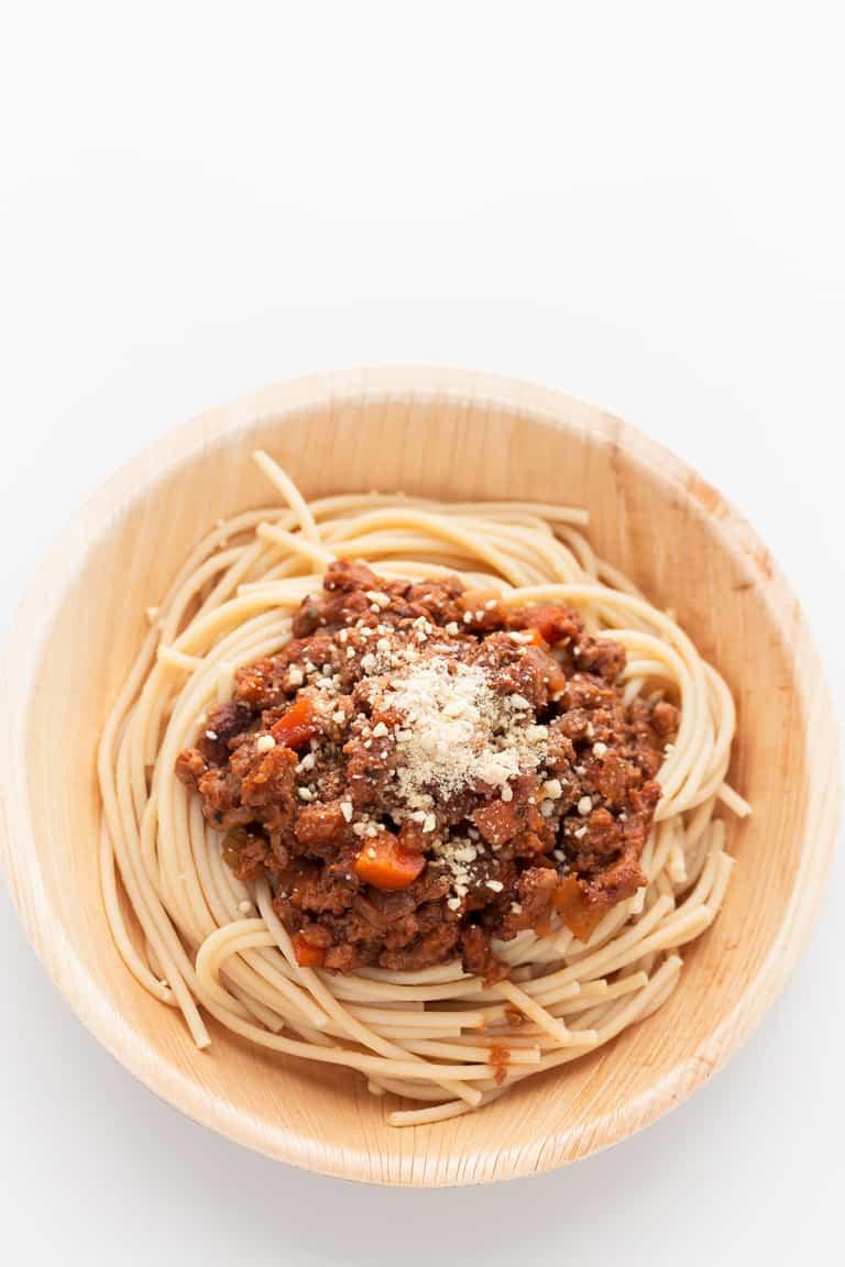 Salsa Boloñesa Vegana con Soja Texturizada - Esta salsa boloñesa vegana está hecha son soja texturizada y es alta en proteínas y baja en grasa. No tiene nada que envidiarle a la boloñesa tradicional y es más sana. #vegano #singluten #danzadefogones