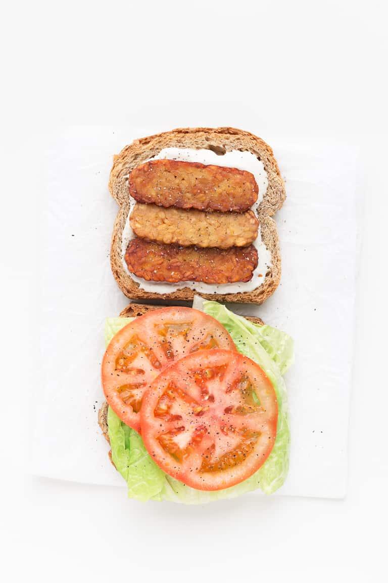 Sandwich BLT Vegano - Sandwich BLT vegano, una versión 100% vegetal, más sana y ligera que la receta tradicional. ¡Sólo necesitas 7 ingredientes y 5 minutos para hacerlo! #vegano #singluten #danzadefogones