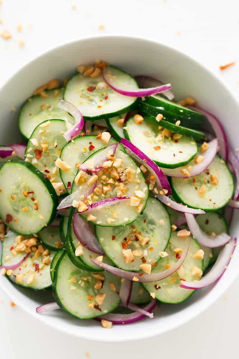 Ensalada Tailandesa de Pepino - Ensalada tailandesa de pepino, una ensalada muy refrescante, sabrosa, saludable, sencilla y que se prepara en menos de 10 minutos. Es la guarnición o primer plato perfecto. #vegano #singluten #danzadefogones