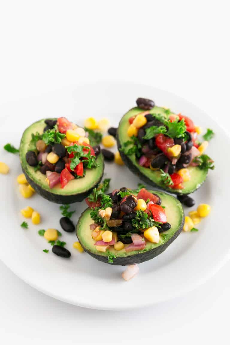 Aguacates Rellenos Veganos - Aguacates rellenos veganos. Sólo necesitas 7 ingredientes para preparar esta sencilla y sabrosa receta, que además no requiere cocción. #vegano #singluten #danzadefogones