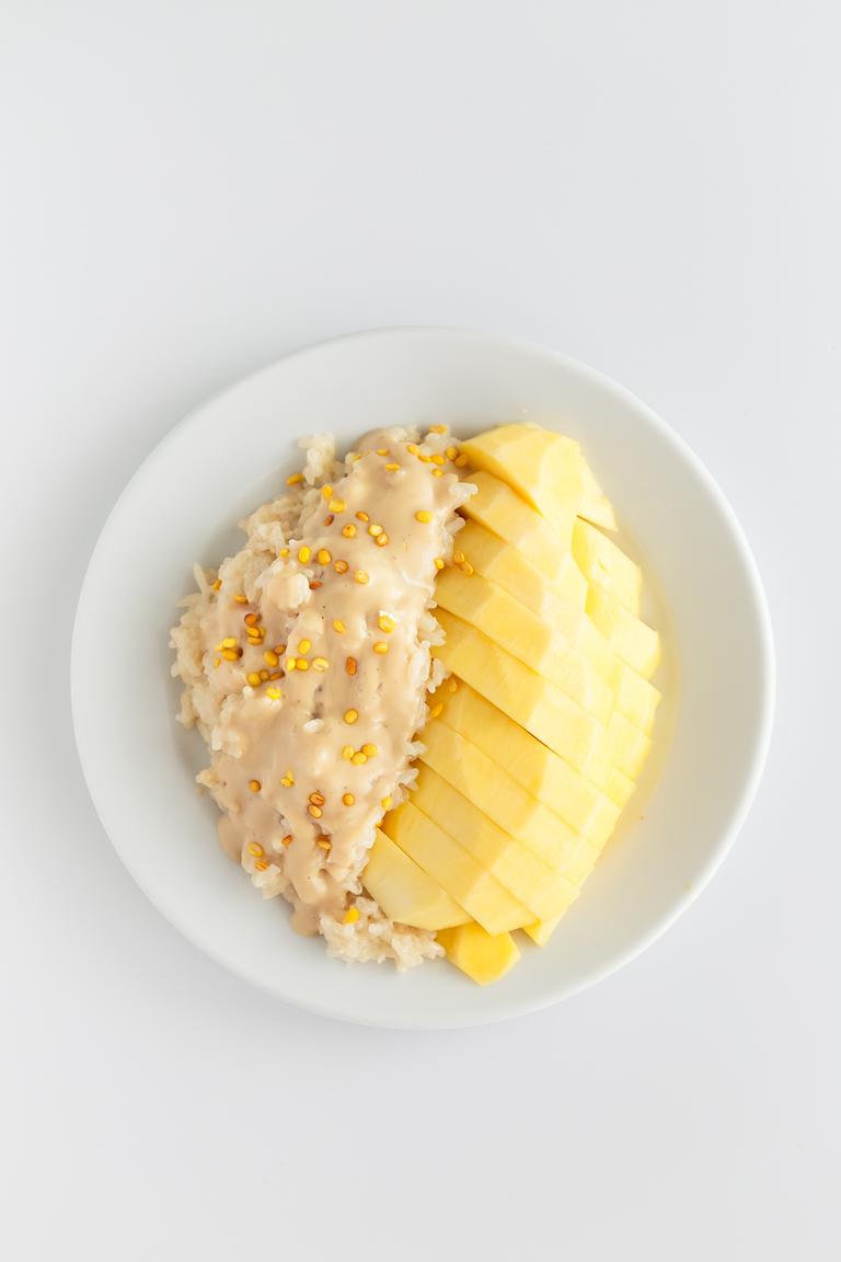 Arroz Glutinoso Con Mango - Ésta es nuestra versión del arroz glutinoso con mango tailandés. La combinación de arroz, mango y coco es espectacular, dando lugar a un postre lleno de sabor. #vegano #singluten #danzadefogones