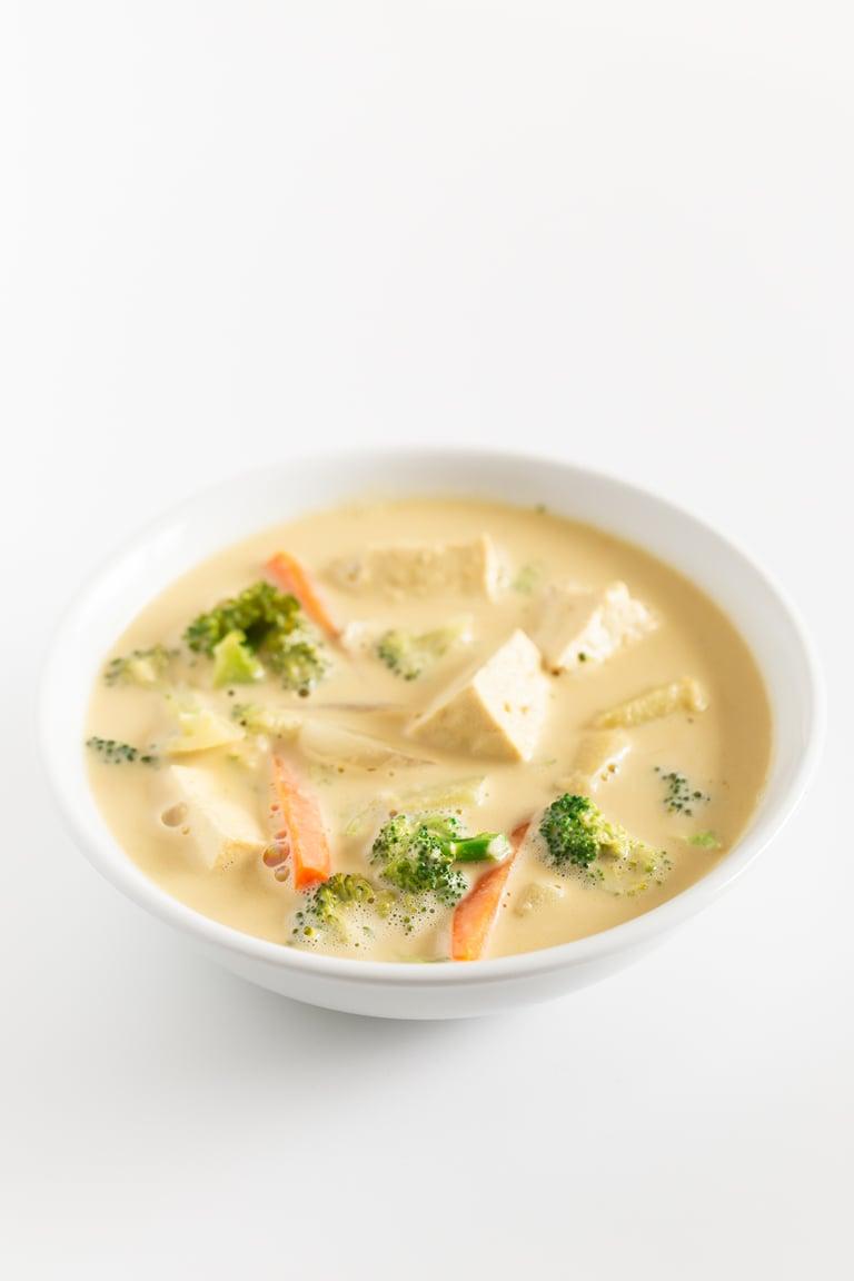 Curry Tailandés de Verduras. - Para preparar este curry tailandés de verduras sólo necesitas un wok u olla, 10 ingredientes y 30 minutos. Nosotros lo servimos con arroz para tener una comida completa. #vegano #singluten #danzadefogones