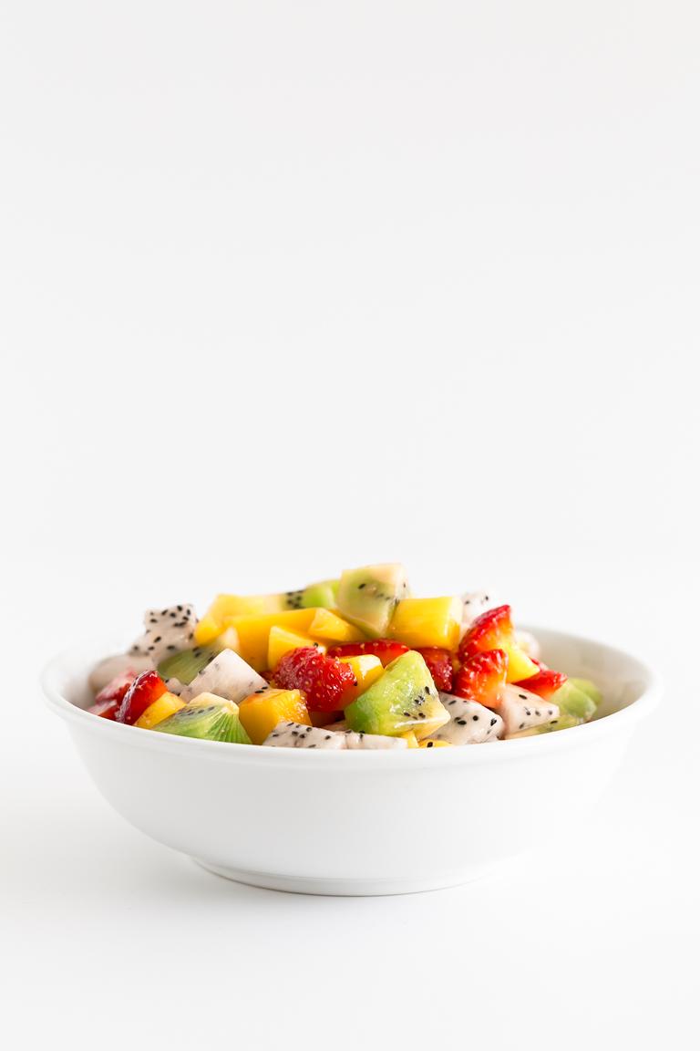 Ensalada o Macedonia de Frutas. - La ensalada o macedonia de frutas es un postre muy sencillo, sabroso y saludable. Nosotros aliñamos la fruta con zumo de lima o limón y sirope de arce o agave. #vegano #singluten #danzadefogones