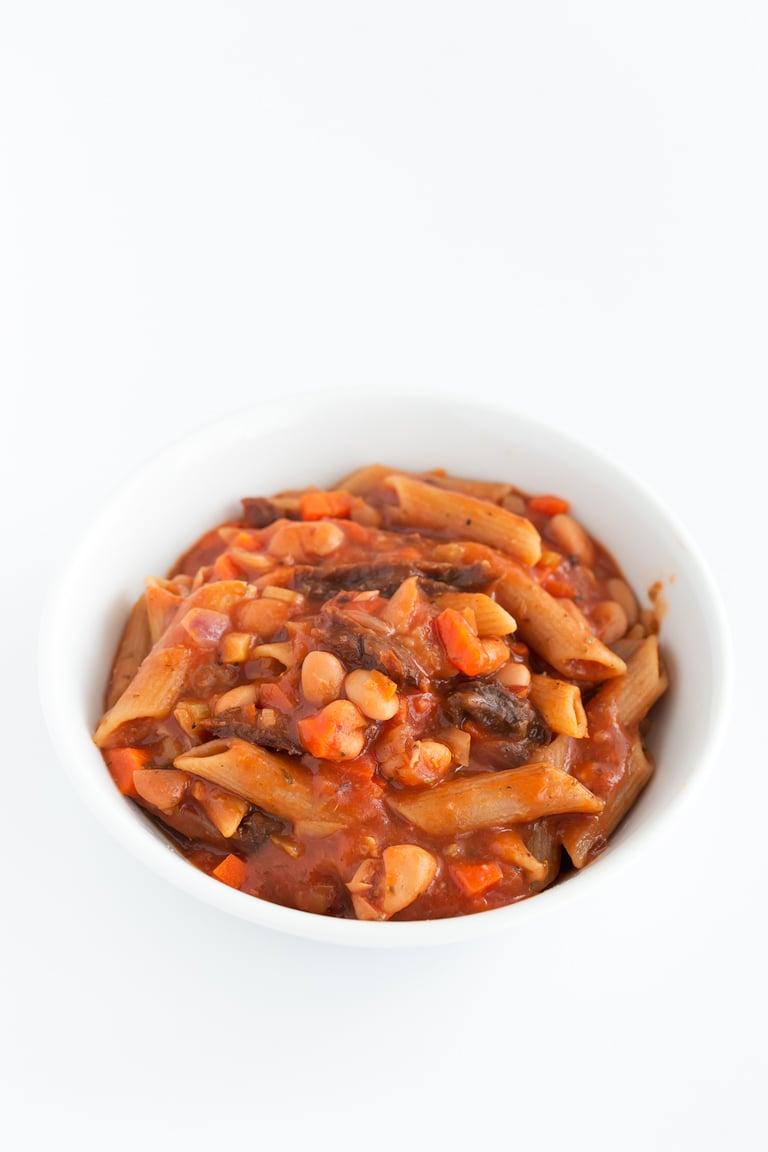 Pasta e Fagioli (Pasta con Alubias) - La pasta e fagioli es una plato típico italiano que se prepara con pasta y alubias. Es muy nutritivo y completo y está listo en menos de 20 minutos. #vegano #singluten #danzadefogones