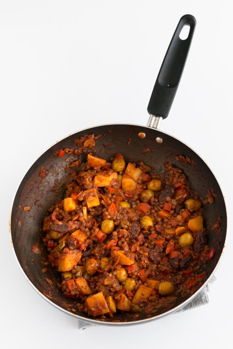 Picadillo Cubano Vegano - Picadillo cubano vegano, un plato alto en proteínas y en fibra, pero bajo en grasa. Está hecho con lentejas, patatas, aceitunas, alcaparras y pasas entre otros ingredientes. #vegano #singluten #danzadefogones