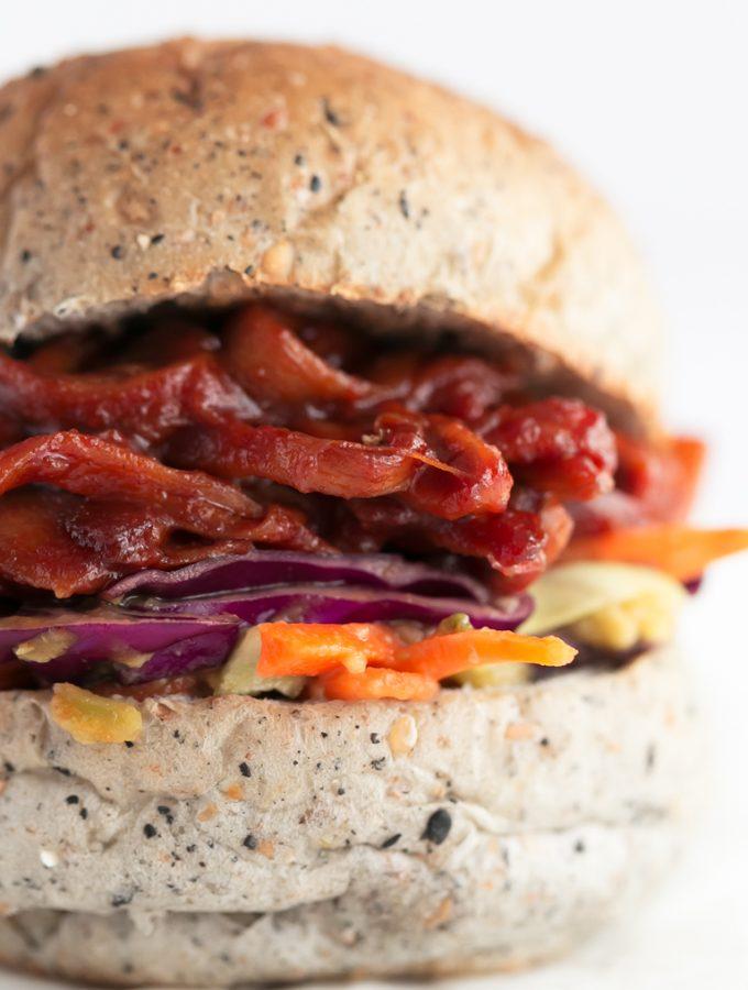 Pulled Pork Sandwich Vegano - Pulled pork sandwich vegano, hecho con setas en vez de con cerdo, con tan sólo 10 ingredientes y en 15 minutos. Es muy sabroso y alto en proteína. #vegano #singluten #danzadefogones