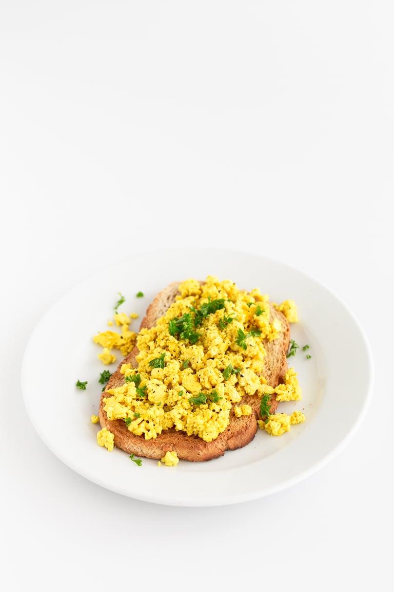 Revuelto Vegano de Tofu - El revuelto vegano de tofu es una alternativa vegetal a los huevos revueltos. Es un plato muy sencillo, alto en proteína, que se prepara con tan sólo 4 ingredientes. #vegano #singluten #danzadefogones