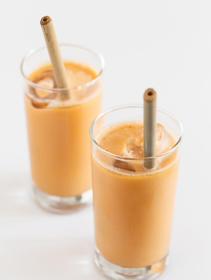 Té Helado Tailandés Vegano - El té helado tailandés es una bebida muy sabrosa y refrescante y lo hemos adaptado para que sea vegano y más saludable. ¡Sólo necesitas 5 ingredientes! #vegano #singluten #danzadefogones