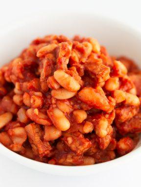 Alubias Al Horno. - Las alubias al horno o baked beans es un plato de alubias estofadas en salsa de tomate, típicas de la cocina inglesa y se toman para desayunar. #vegano #singluten #danzadefogones