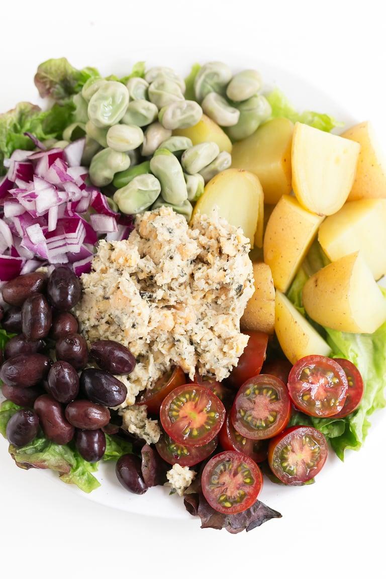 Ensalada Niçoise Vegana. - Ésta es nuestra versión vegana de la ensalada niçoise, nicoise o nizarda. Es muy sabrosa, saciante y se prepara en 30 minutos. #vegano #singluten #danzadefogones