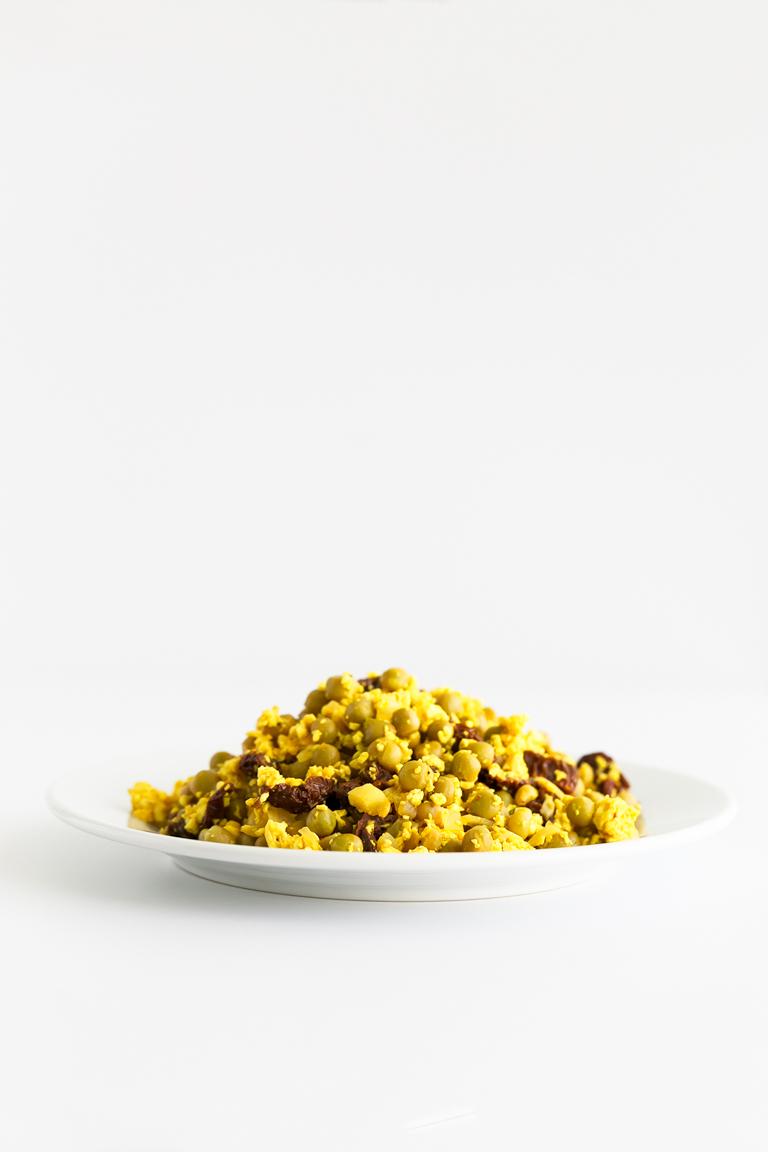 Guisantes Con Huevo Y Jamón (Versión Vegana). - Esta versión vegana de guisantes con huevo y jamón no tiene nada que envidarle a la original. Es alta en proteína, baja en grasa y mucho más saludable. #vegano #singluten #danzadefogones