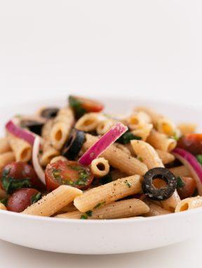 Ensalada de Pasta Vegana. - Ensalada de pasta vegana, una receta muy simple, pero deliciosa, que se prepara en 15 minutos. Es perfecta para comer fuera de casa. #vegano #singluten #danzadefogones