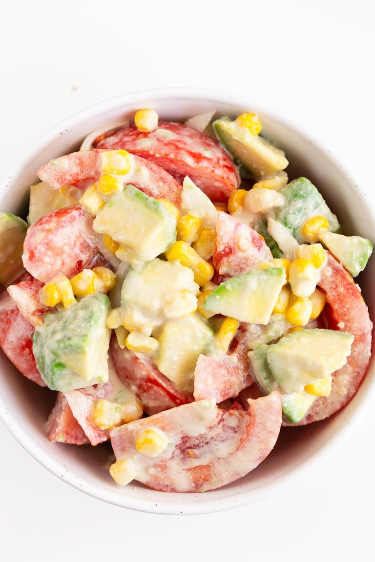 Ensalada de Tomate y Aguacate. - Esta deliciosa ensalada de tomate y aguacate se prepara en menos de 10 minutos con tan sólo 4 ingredientes y nuestro popular aliño de tahini. #vegano #singluten #danzadefogones