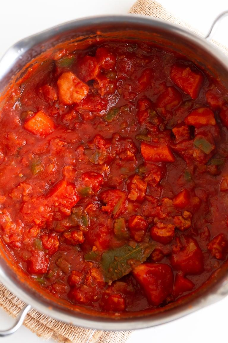 Goulash Vegano. - Este goulash vegano es una receta muy sabrosa y reconfortante. Es una versión vegetal de este guiso de carne, típico de Hungría. #vegano #singluten #danzadefogones