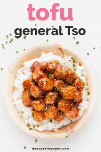 """Foto de un plato de arroz con tofu general Tso y las letras """"Tofu General Tso"""""""