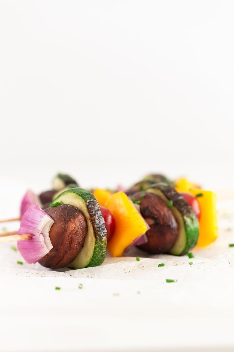 Brochetas de Verduras. - Las brochetas de verduras son perfectas como guarnición en barbacoas o en cualquier momento porque son muy sabrosas y están listas en menos de 30 minutos. #vegano #singluten #danzadefogones