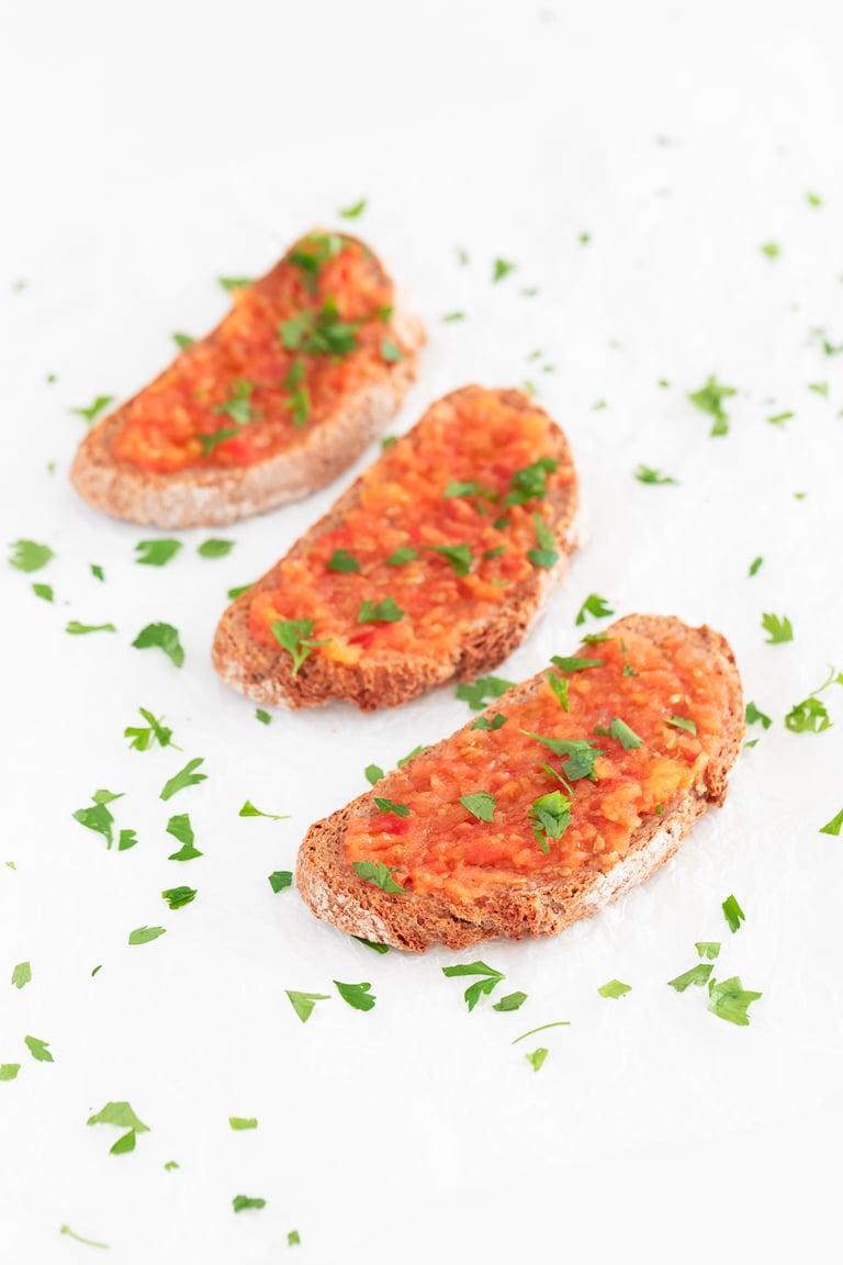 Cómo Hacer Pan con Tomate. - Cómo preparar pan con tomate, uno de los desayunos más típicos de España. Es una receta rápida, sencilla y que está para chuparse los dedos. #vegano #danzadefogones