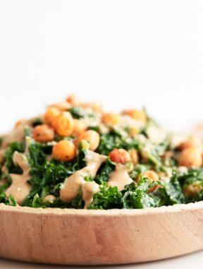 Ensalada César de Kale Vegana. - Ensalada César de kale vegana, hecha con kale, croutons de garbanzo, salsa César vegana y parmesano vegano. Está libre de gluten y también de aceite. #vegano #singluten #danzadefogones