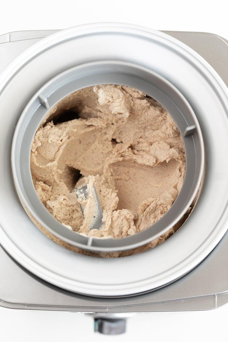 Helado de Vainilla Vegano. - Puedes preparar helado de vainilla vegano en casa con tan sólo 6 ingredientes. Es muy cremoso y una alternativa saludable a los helados comerciales. #vegano #singluten #danzadefogones