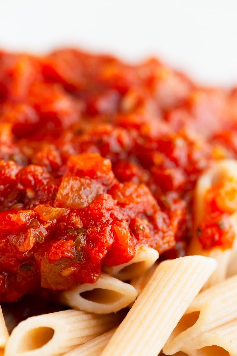 Salsa Marinara Casera. - Esta receta de salsa marinara casera es muy simple, se prepara en unos 30 minutos y sólo necesitas una olla y 9 ingredientes. #vegano #singluten #danzadefogones
