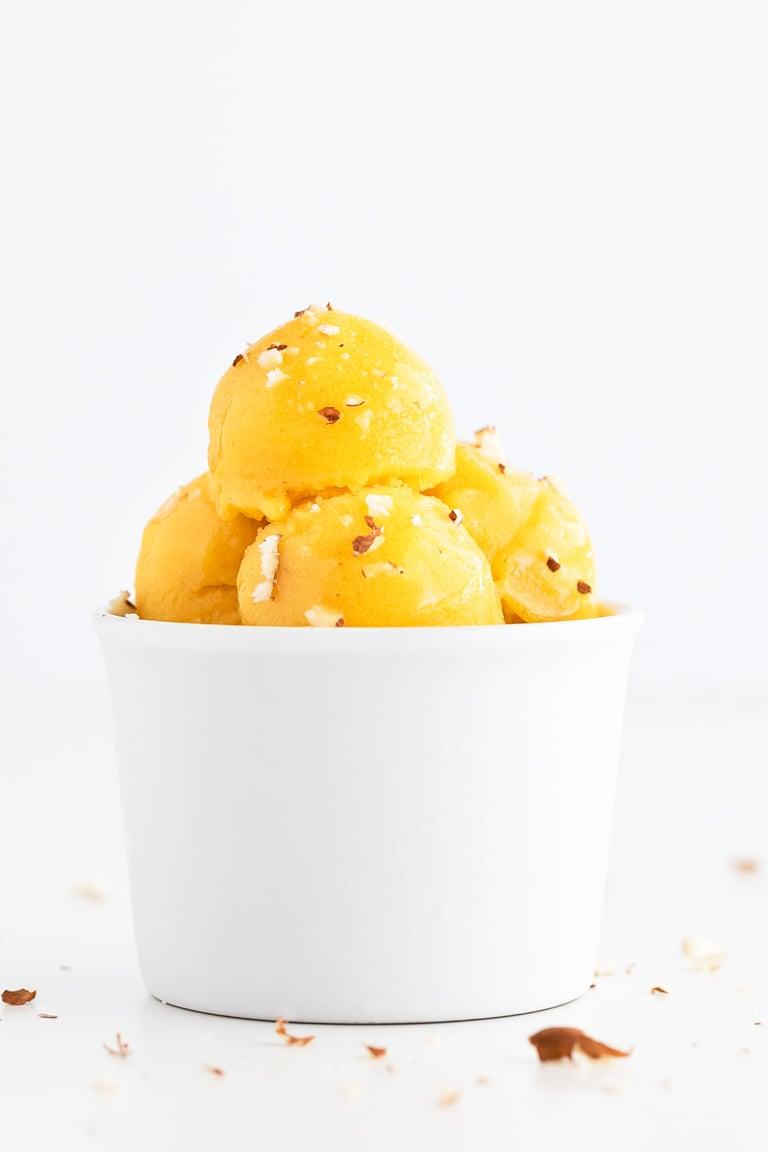Cómo Hacer Sorbete de Frutas. - Cómo hacer sorbete de frutas en casa con tan sólo 4 ingredientes: fruta fresca, agua, dátiles o tu endulzante preferido y zumo de limón. #vegano #singluten #danzadefogones