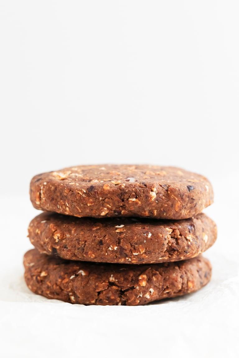 Hamburgesas Veganas de Alubias Negras. - Estas hamburguesas veganas de alubias negras son altas en fibra y proteína y bajas en grasa. Se preparan en 30 minutos y están increíblemente sabrosas. #vegano #singluten #danzadefogones