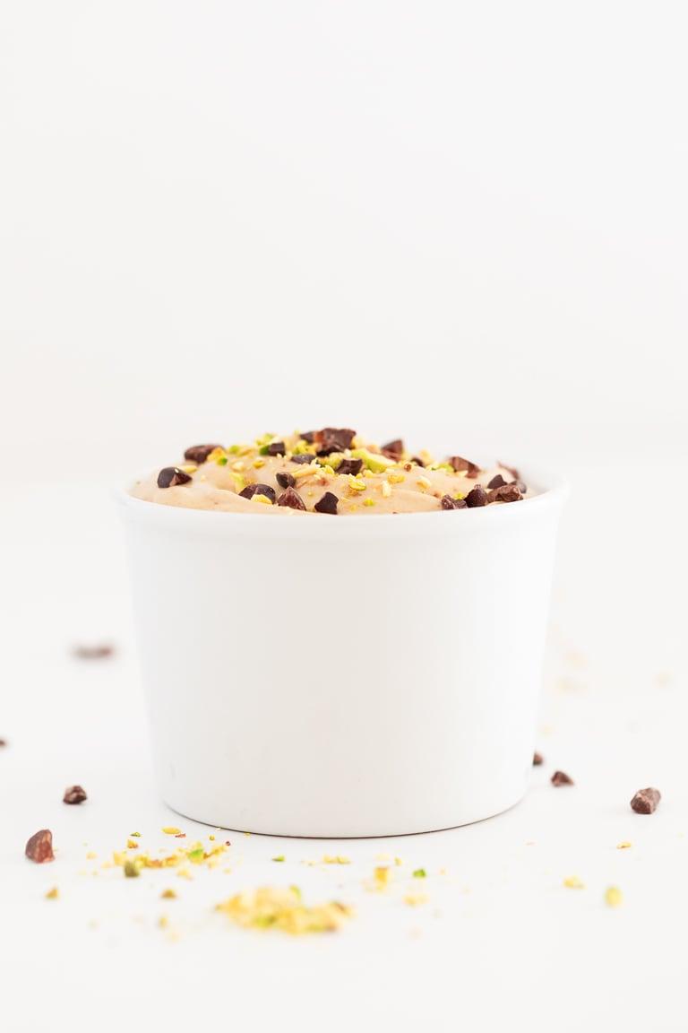 Helado Suave o Soft Serve Vegano. - Este helado o soft serve vegano está hecho con 5 ingredientes sencillos y endulzado con dátiles. Es una versión vegana y saludable de la receta original. #vegano #singluten #danzadefogones
