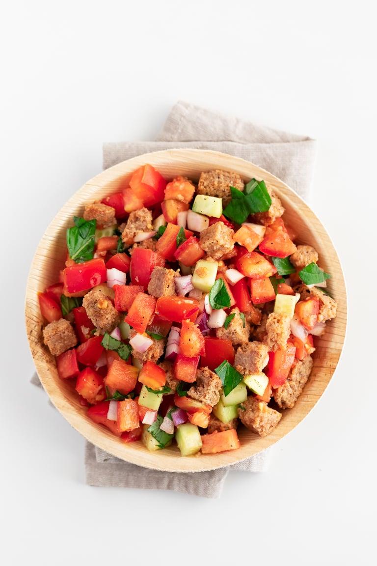 Panzanella. - Sólo necesitas 15 minutos y 9 ingredientes para preparar esta deliciosa panzanella, una ensalada a base de pan y tomate italiana, típica de la Toscana. #vegano #danzadefogones
