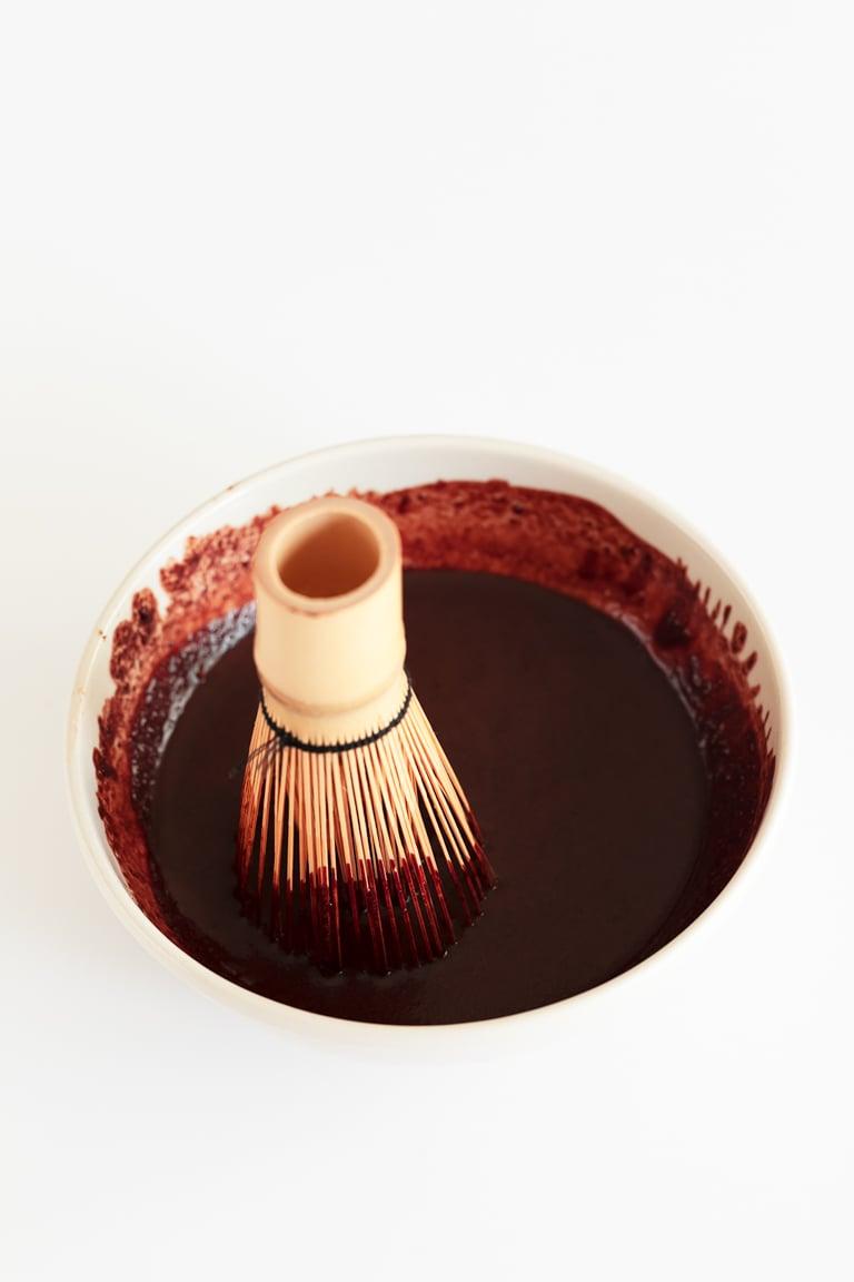 Sirope de Chocolate Casero (2 Ingredientes). - Para preparar este sirope de chocolate casero sólo necesitas 2 ingredientes, está listo en 2 minutos y es una alternativa saludable a los siropes envasados. #vegano #singluten #danzadefogones