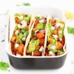 Tacos de Patata y Chorizo Vegano. - Tacos de patata y chorizo vegano, hechos con patatas, chorizo vegano de tofu y tortillas. Añade tus toppings preferidos y disfruta esta deliciosa receta. #vegano #danzadefogones