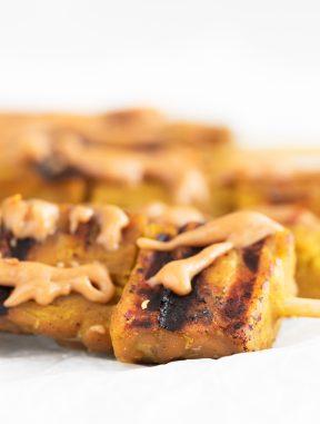 Tempeh Satay. - Este tempeh satay es una versión vegana del tradicional pollo satay tailandés. Es un plato delicioso, especialmente si lo acompañas con salsa de cacahuete. #vegano #singluten #danzadefogones